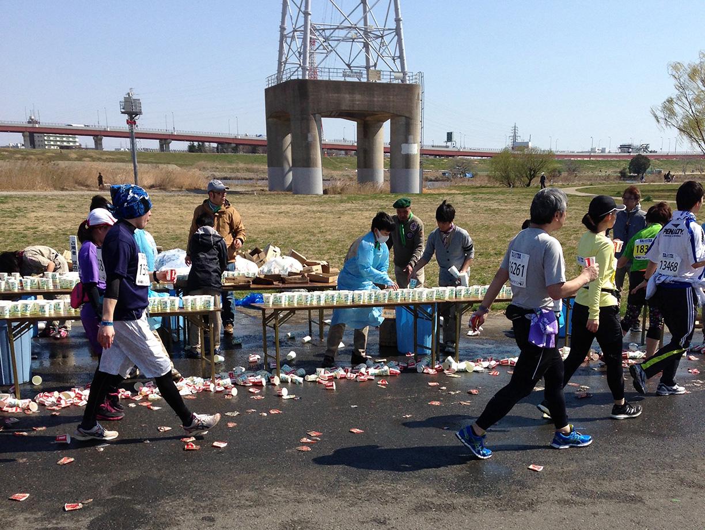 給水所のほとんどで、風のため紙コップが大量に飛ばされていた。