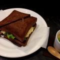 【西新宿ランチ】「coffee&tea BBB」にてエビとアボカドのサンドイッチ。黒いパンが特徴的!