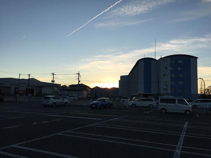 駐車場から朝焼けが見れました。美しい。